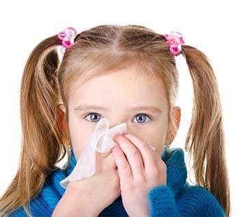 Nghẹt mũi sổ mũi là triệu chứng thường gặp ở trẻ nhỏ thế nhưng đừng chủ quan