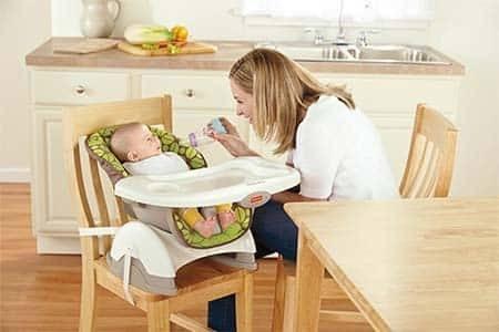 Sử dụng ghế ăn dặm ngay từ giai đoạn đầu giúp bé tạo được thói quen tốt trong việc ăn uống